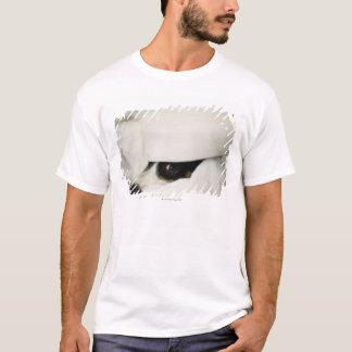Hund näsa som klibbar ut från sängkläder tee shirt