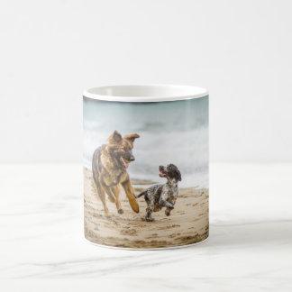 Hund och Cockerspaniel för herde för muggvisning Kaffemugg