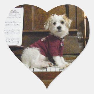 hund på piano hjärtformat klistermärke