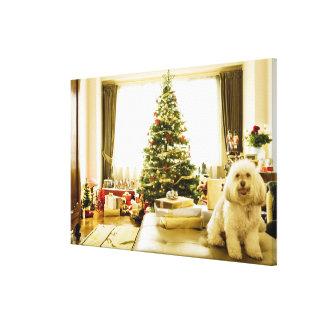 hund som framme poserar av julgranen canvastryck