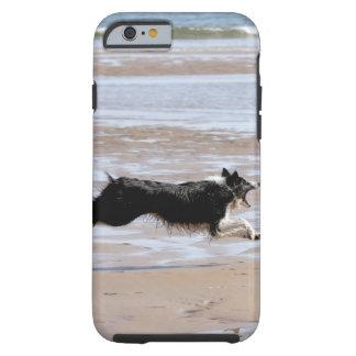 Hund som jagar en boll på stranden tough iPhone 6 fodral
