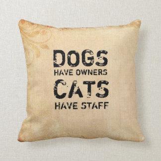 Hundar har ägare, katter har att bemanna kuddar