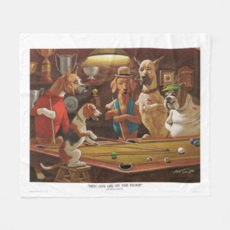 Hundar som leker bassängen - en lägger benen på fleecefilt