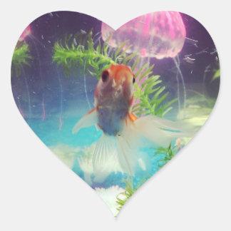 Hungrig fisk hjärtformat klistermärke