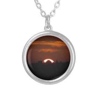 Hus av den fallande solen silverpläterat halsband