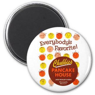 Hus 'Chubbie's för hötorgskonstvintagepannkaka Magnet Rund 5.7 Cm