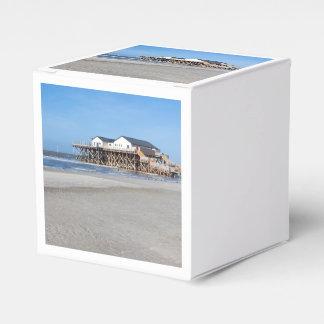 Hus på styltor på stranden av St Peter Ording Presentaskar