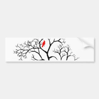 Huvudsaklig röd fågel i snöig vinterträd bildekal