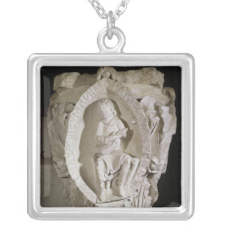 Huvudstad som visar den första nyckeln av Plainson Silverpläterat Halsband