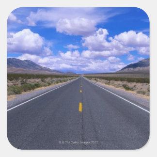 Huvudväg till och med Death Valley, Kalifornien Fyrkantigt Klistermärke