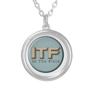 I fältlogotypen silverpläterat halsband