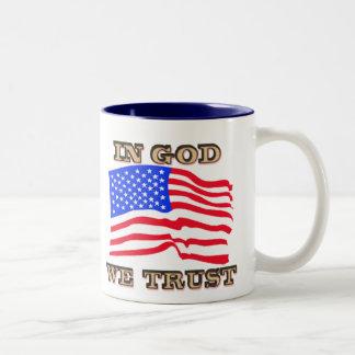 I gud litar på vi amerikanska flagganmuggen Två-Tonad mugg