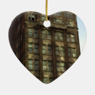 I stadens centrum Oakland Kalifornien skuggar Hjärtformad Julgransprydnad I Keramik