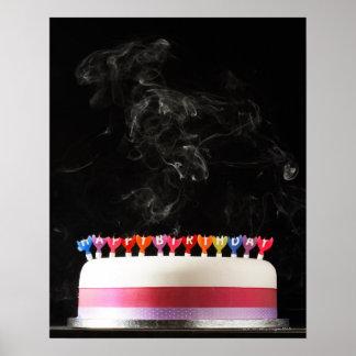 Iced tårta med att röka smältt grattis på födelsed affischer