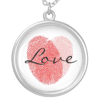 Identifiera med fingeravtryck kärlek kvadrerar halsband med rund hängsmycke