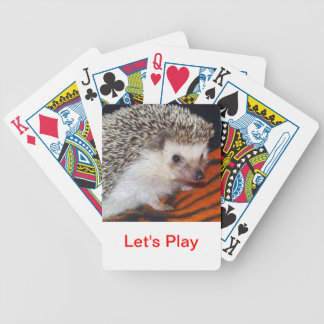 Igelkott som leker kort spelkort