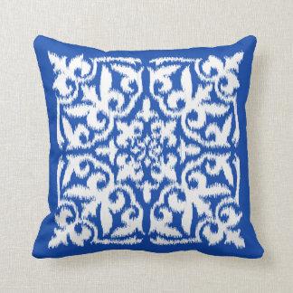 Ikat damastast mönster - koboltblått och vit kuddar