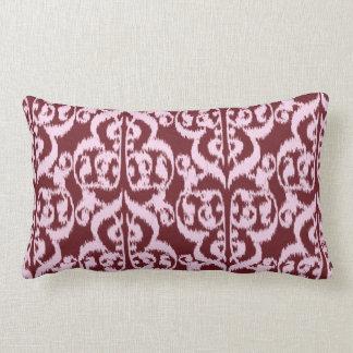 Ikat Moorishdamast - burgundy och rosor Lumbarkudde