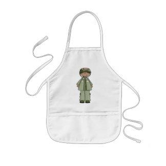 Iklädd ung flicka en soldatdräkt barnförkläde