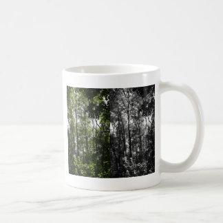 In i skogen - svart vit och färg kaffemugg