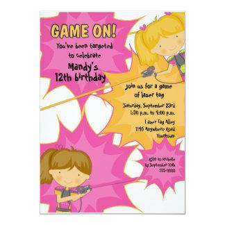 Inbjudan för födelsedag för laser-märkreflickor