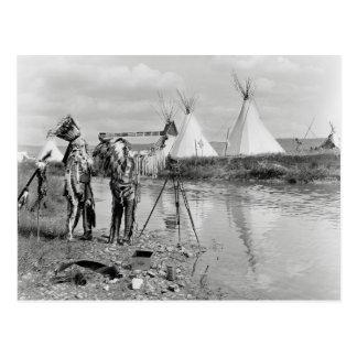 Indier som beskådar fotoet Negation, 1913 Vykort