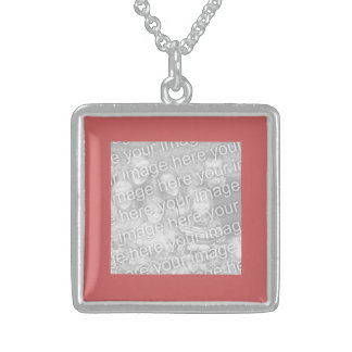 Indiskt rött kvadrerar fotogränsen halsband med fyrkantigt hängsmycke