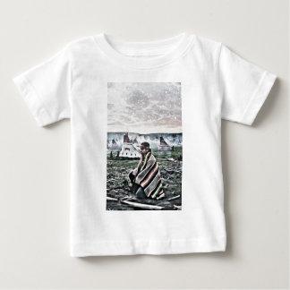 Inföding som mediterar under snön t-shirt