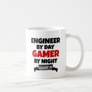 Ingenjör av daggameren vid natt kaffemugg