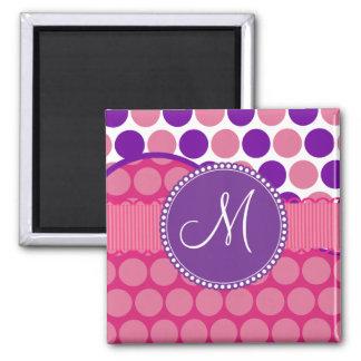Initial rosa purpurfärgad polka dots för magnet