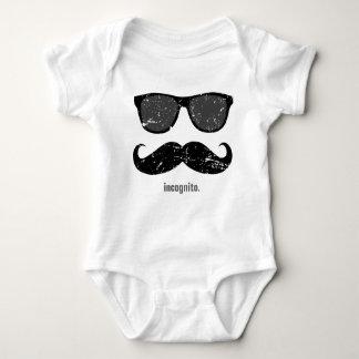 inkognito - den roliga mustaschen och rosan t shirts
