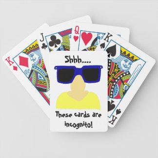 Inkognito mustasch & exponeringsglas som leker kor spelkort
