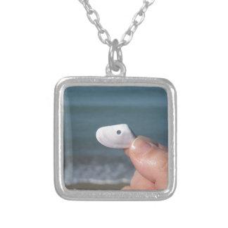 Innehav ett snäckskal i räcka med blåtthavet silverpläterat halsband