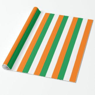Inpackning av papper med flagga av Irland Presentpapper