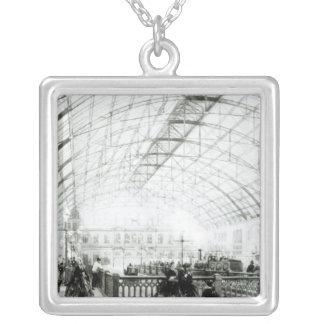 Insida av den Charing korstationen Silverpläterat Halsband