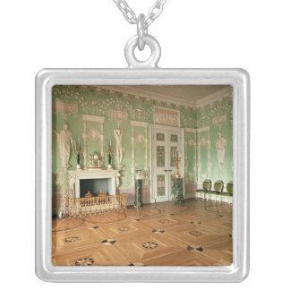 Insida av den gröna matsalen silverpläterat halsband