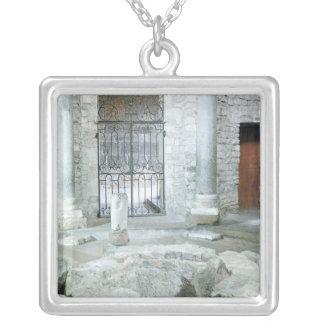 Insida av den octagonal baptisteryen av domkyrkan silverpläterat halsband