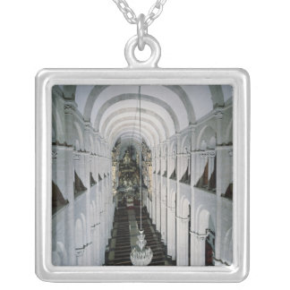 Insida av domkyrkan som börjas i 1078 silverpläterat halsband