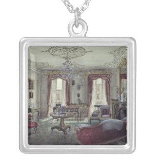 Insida av ett teckningrum silverpläterat halsband