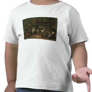 Insidan av en krog med en koppla ihop som dansar t shirt