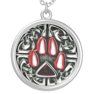 Inslag av avfyrar amuletten för silverpläterat halsband