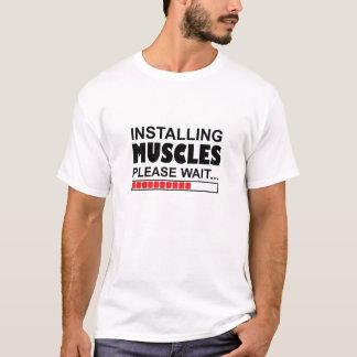 Installera muskler behaga den roliga T-tröja för T-shirts