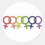 Interlocked kvinnlig regnbåge rund klistermärke