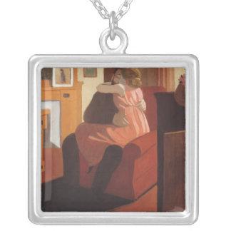 Intimitet kopplar ihop i en insida med a silverpläterat halsband