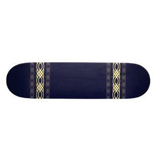Invecklad gul dekor på kungliga blått skateboard decks