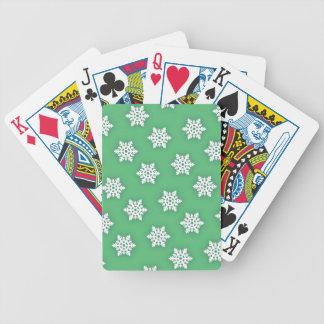 Invecklad snöflingor mot mjuk grönt spelkort