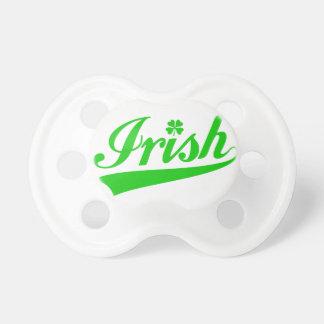 Irländare textdesign med fyrklövert napp