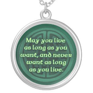 Irländsk välsignelse på ett silverhalsband halsband med rund hängsmycke