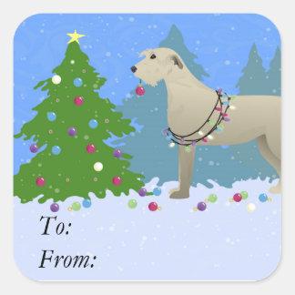 Irländsk Wolfhound som dekorerar en julträd-skog Fyrkantigt Klistermärke