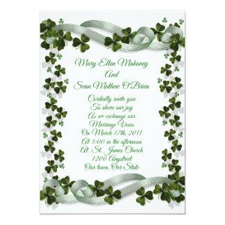 Irländska bröllopinbjudanshamrocks och band 12,7 x 17,8 cm inbjudningskort